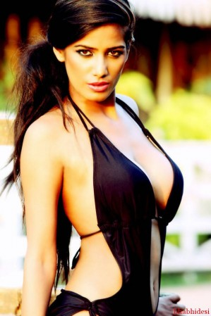 Poonam-Pandey-Sexy-bikini (9)-BabhiDesi.com