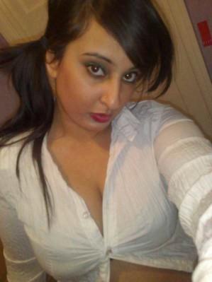 Pakistani bhabhi nude showing cleavage