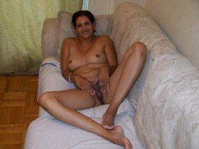 Desi Indian Housewife Posing Her Naked Bedroom Pic